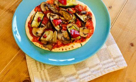 Vegetarische pizza met gegrilde groenten en champignons