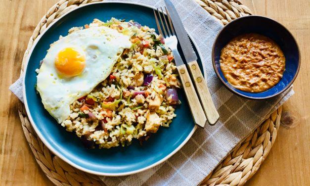 Gezonde nasi met zilvervliesrijst, kip en groenten