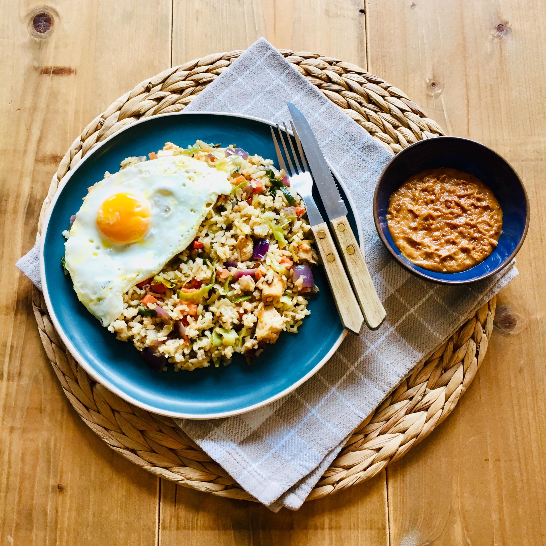 Gezonde nasi met kip en groenten