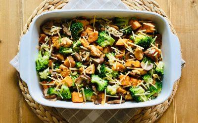 Zoete aardappel ovenschotel met kip, broccoli en champignons