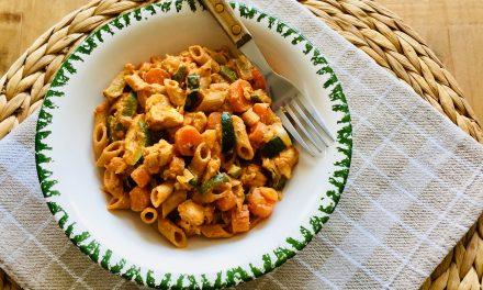 Pasta pesto rosso met kip, wortel en courgette