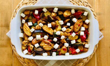 Griekse ovenschotel met kip, gegrilde groenten en feta