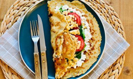 Hartige pannenkoek wrap met roerei, spinazie en kaas