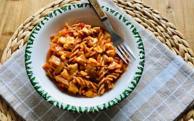 Pasta tomatensaus met witlof, roerei en mozzarella