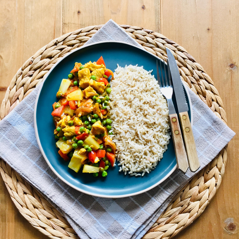 Kip kerrie met ananas, doperwten en paprika