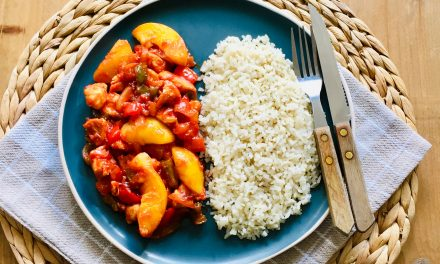 Kip pilav met paprika en perzik