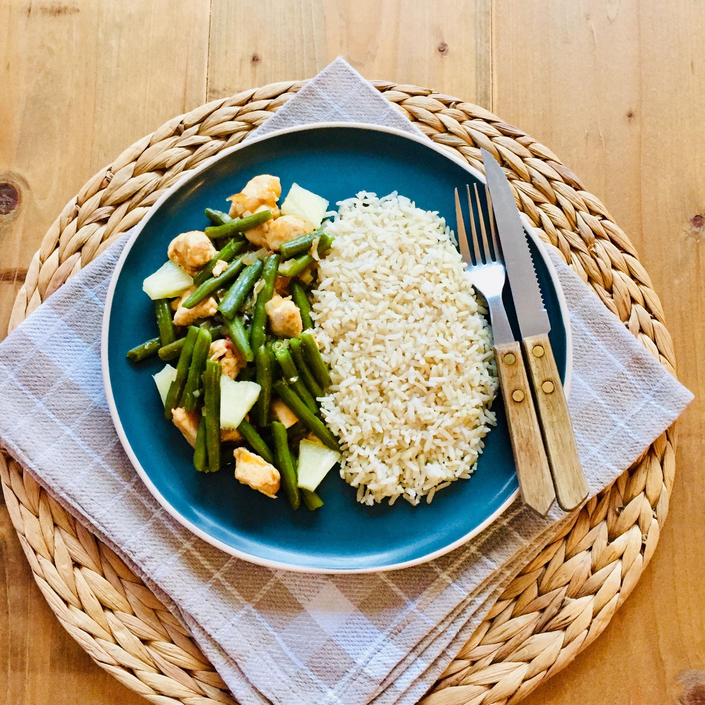 Kip sajoer boontjes met ananas en rijst